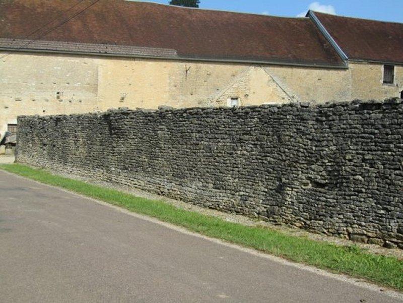 Mur de Pierres à Villiers le Bois