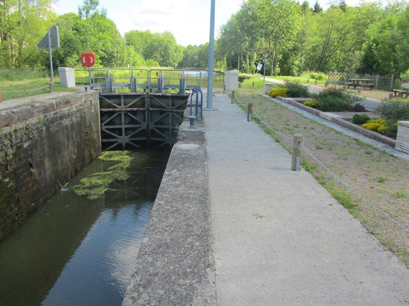 Une Ecluse sur le canal de L'Est ou canal des Vosges