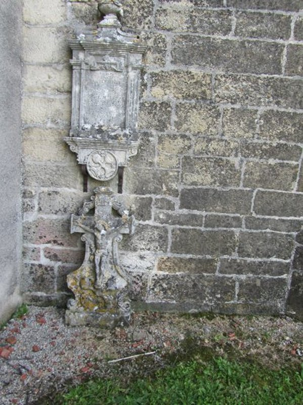 Près de l'Entrée de l'Eglise de Sandaucourt