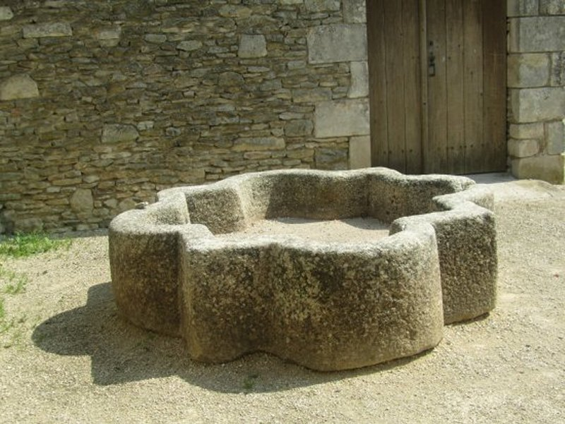 Vasque près de la Commanderie de Saint Marc La Lande