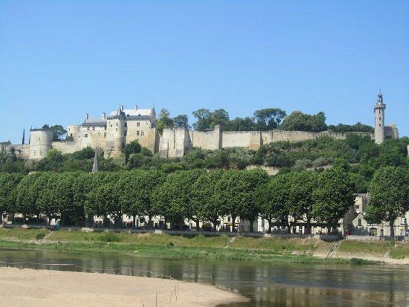 La Forteresse Royale de Chinon Vue de la Rive Gauche de la Vienne