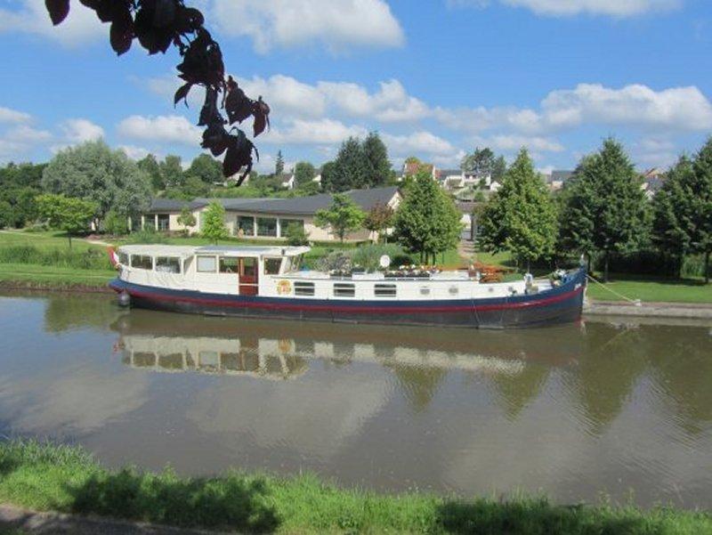 Péniche sur le Canal de Briare à Ouzouer sur Trézée