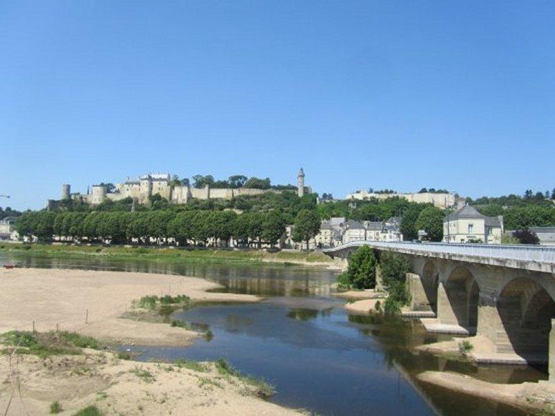 Le Pont sur la Vienne et la Forteresse de Chinon