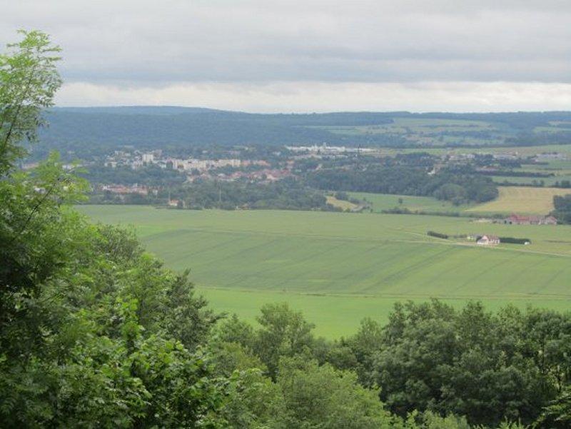 Au loin, la Ville de Neufchâteau vue du Fort de Bourlémont