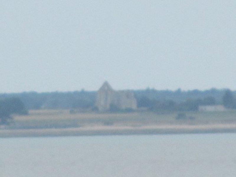 Au loin, du Continent, l'Abbaye des Châteliers sur l'Île De Ré