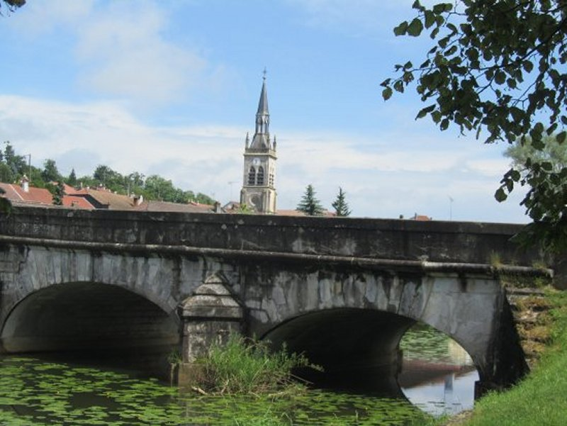 Pont sur la Meuse et Eglise à Bazoilles sur Meuse