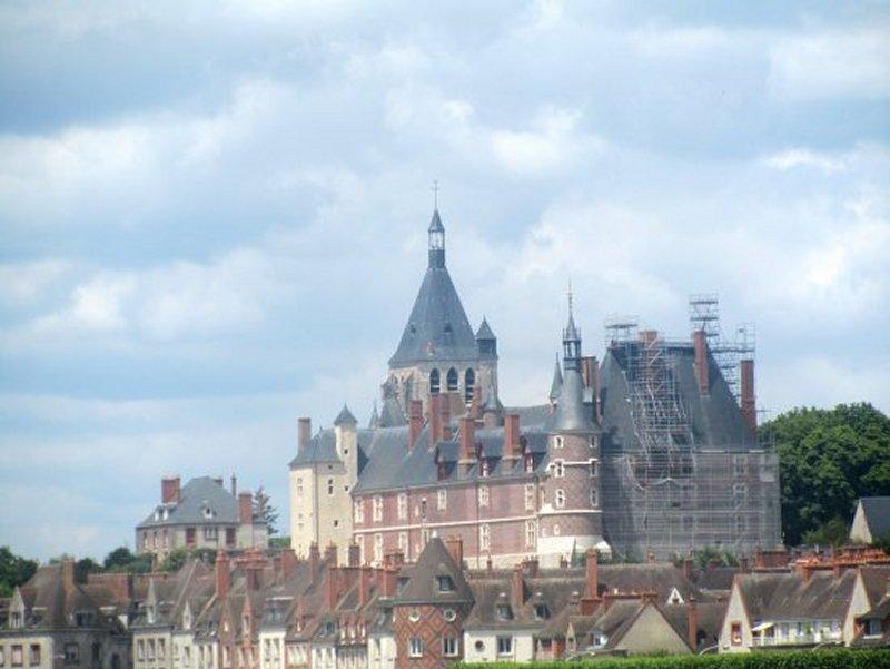 Le Château de Gien, vu du Bord de Loire